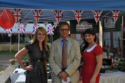 Посол Великобритании Брюс Бакнелл и сотрудницы компании Энергия